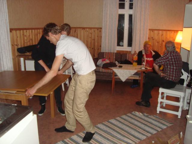 Isac och Hannah hjälper till att montera köksbordet