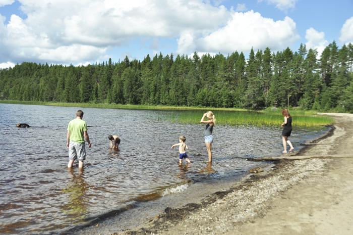 Här är vi hela gänget nere vid sjön och badar