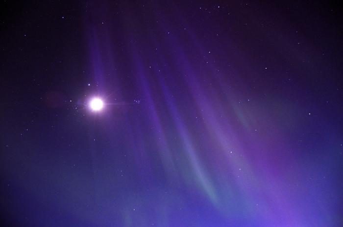 Månen, norrsken och stjärnhimlen. Kan det bli bättre?  Jag älskar när de lila färgerna kommer fram. Det ser så mäktigt ut!