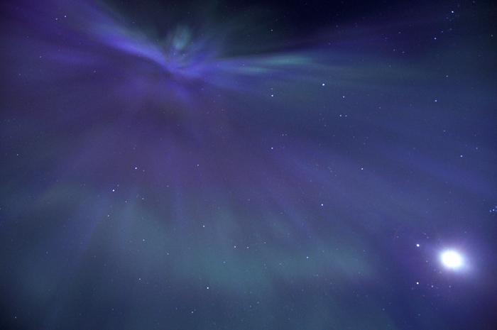 Såhär ser det ut rakt upp i himlen när norrskenet är så stort att det riktigt stort. Det är svårt att förklara, men det formas som en tratt över hela himlen, och höst upp är som ett hål rakt ut i universum. Det ser så obeskrivligt häftigt ut!!!