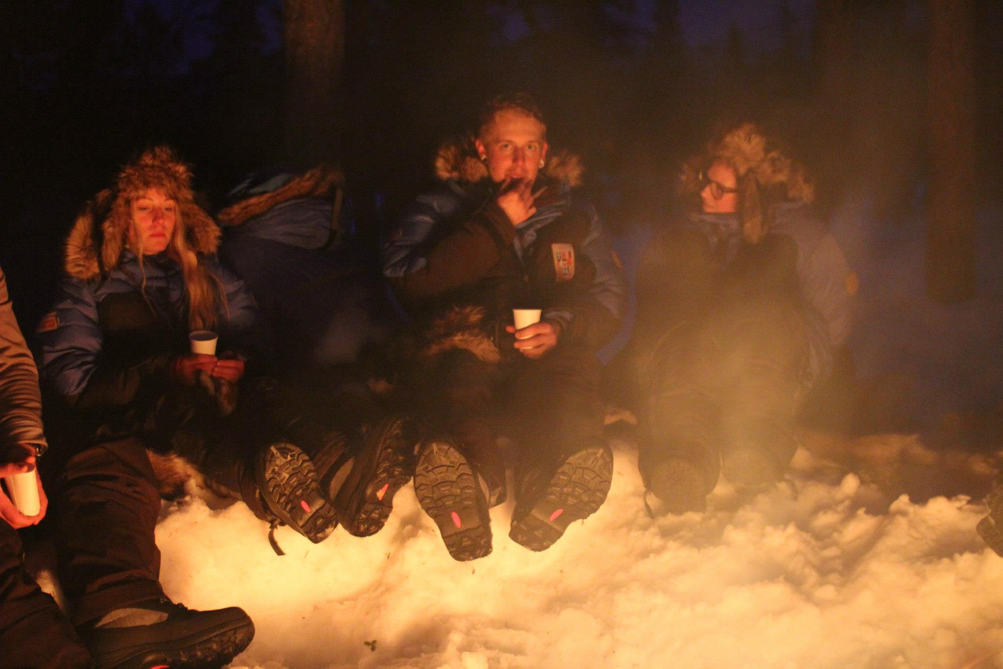 Här sitter vi vid elden och myser. Foto: Stephanie Knödler