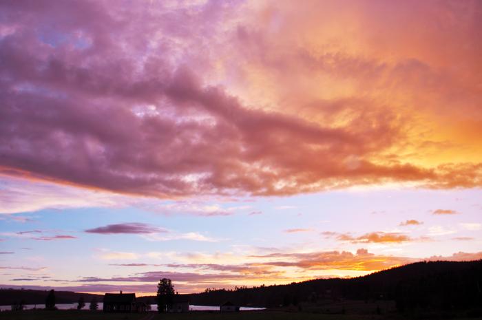 Bilden jag tog ute på ängen för några minuter sedan. Himlen var förtrollande vacker!