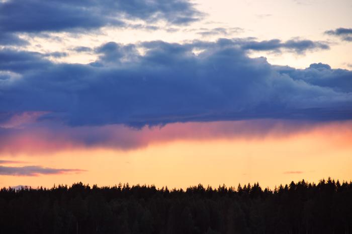 Molnen såg så häftiga ut. Jag tror det var på väg att regna långt där borta.