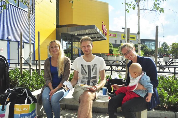 En bild på mig med brorsan Isac, Hannah och Noak när vi var utanför Ikea. Åhh så mycket fint det finns där inne. Men jag handlade bara en enda sak. En stor fotoram :)