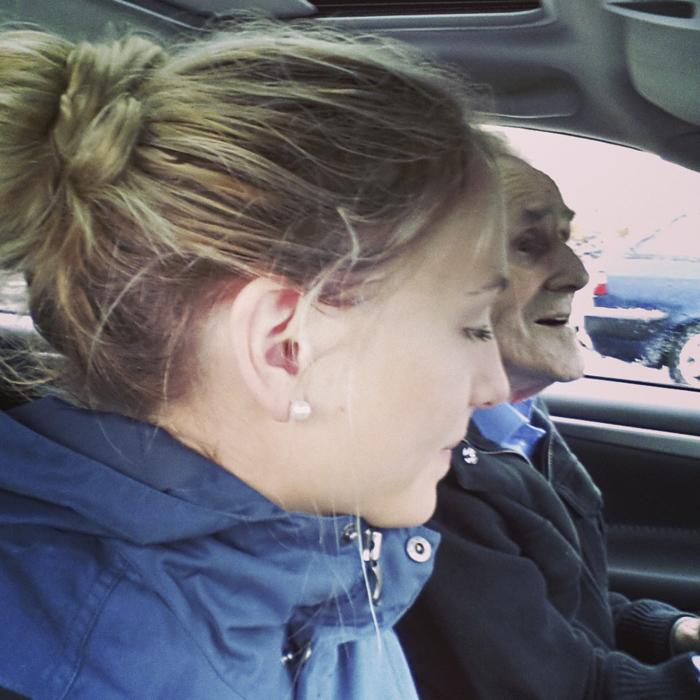Jag och morfar i bilen :) Den blev spegelvänd. Det är alltså inte morfar som kör haha. Men det ser ut som det. Bild från min Instagram: jonnaallikin