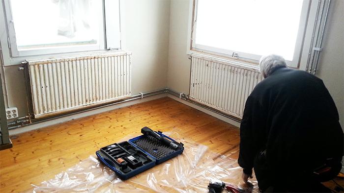 Två rejäla element i vardagsrummet. Ett rum jag aldrig använt. Någon gång ska jag ha en soffa eller två här. Och en filt. Och kuddar. Och kanske en tv. Så mysigt...!