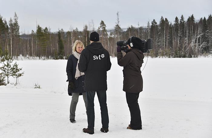Här intervjuas Anita Berglund, som är boende i Omsjö och som under lång tid varit en stark drivkraft emot planerna om vindkraftsparken.