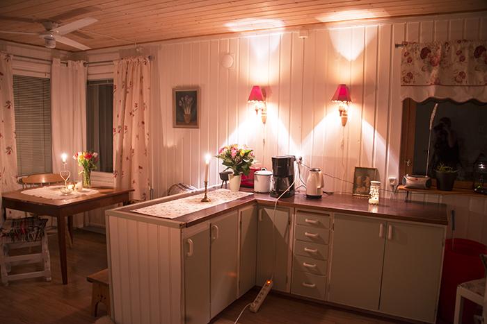 Sladden som går där tvärs genom köket är bara tillfälligt. Elektrikern kommer hit någon dag snart och drar om elen till cirkulationspumpen.