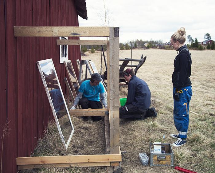 Per Henrik, Arvid och Åsa i början av bygget. Stommen nästan klar.