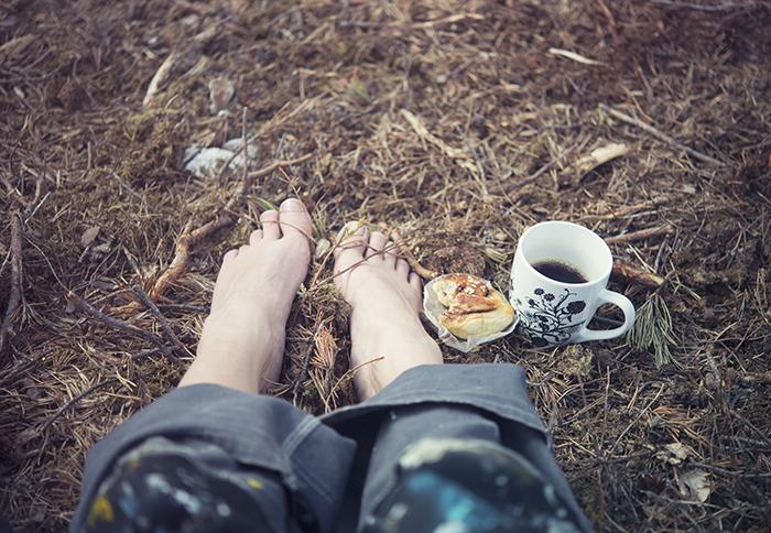 Idag åkte skorna av. En härlig fika i skogen med bara fötter inborrade i jorden. Det är vad jag kallar fikapaus det!