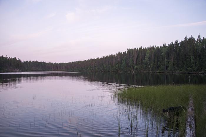 Den ligger precis vid en vacker liten sjö.