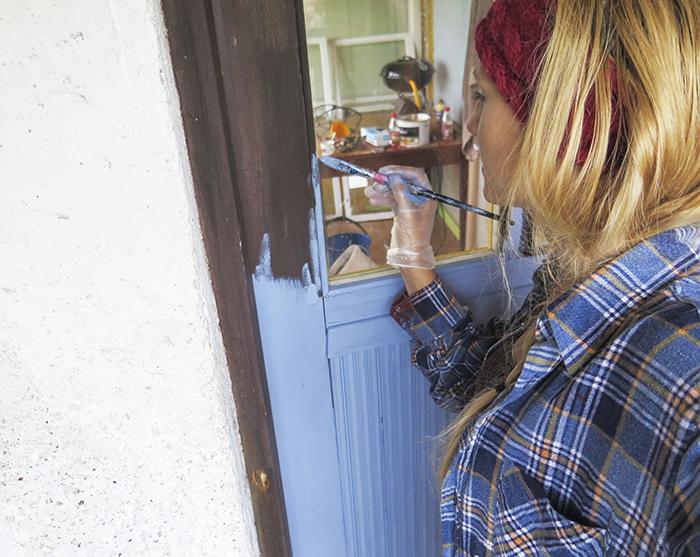 Helgen har i stort sett ägnats åt lite mer målning och små projekt på huset. När jag ändå höll på bestämde jag mig för att måla ytterdörren i en lantligt blå färg. Det blev så fint att jag knappt kunde tro mina ögon. Har nyss målat andra omgången så jag ska ta en bild sedan och visa er resultatet.