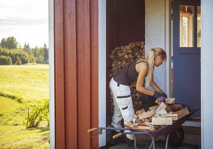 Fyller på med ved i det lilla utrymmet utanför dörren. Bra att ha nu under kyliga höstkvällar.