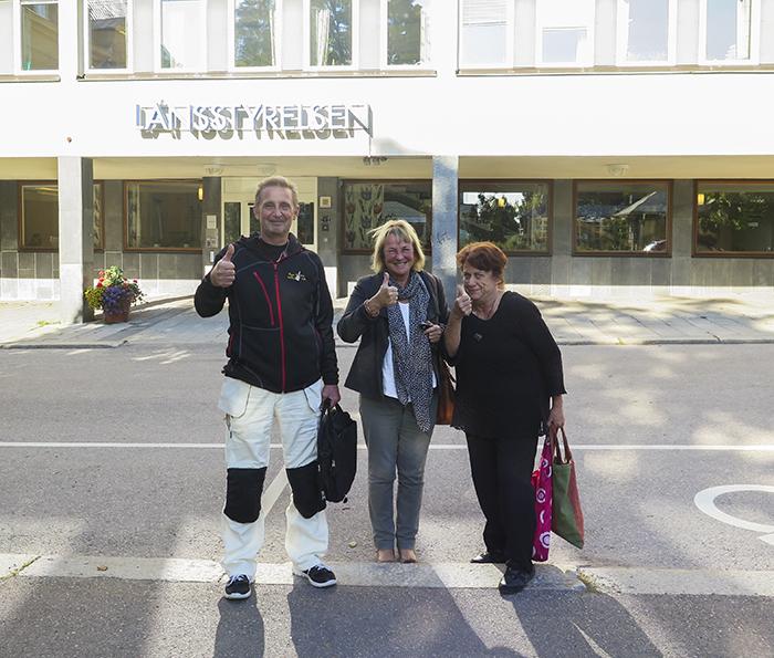 """Grymma """"grannar"""" utanför länsstyrelsen. Roger Nilsson, Anita Berglund och Monica Blomström :)"""