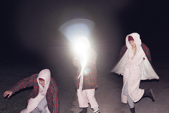Ute och ränner på natten. Skönt att man bara kan gå ut som man är. I pyjamas, morgonrock, stövlar och skogshuggarjacka.