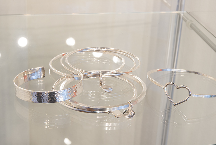 Vi har jobbat mycket med rejäla silversmycken. Alla handgjorda och unika.