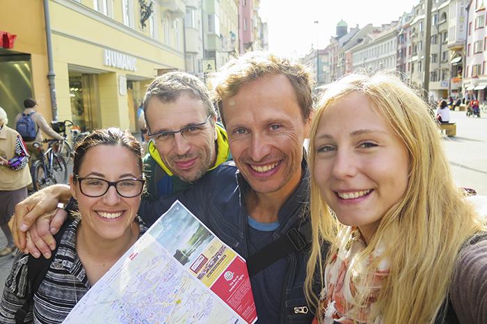 """Mitt och Angeliqas flyg gick inte förrän på eftermiddagen, och samma sak gällde för de två fransmännen. Så vi fyra begav oss ut på stan i Innsbruck i några timmar istället. Är SÅ glad att jag fick den """"extra"""" tiden. Himla mysigt att se lite av staden och dricka kaffe på ett mysigt cafe."""
