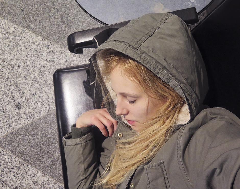 Med kameraväskan som huvudkudde gick det helt okej att få lite sömn.