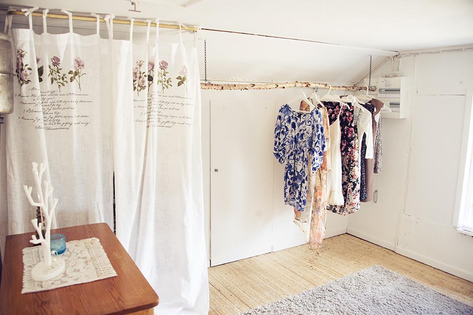 Och här är min garderob som ni ju sett ganska nyligen då jag gjorde ordning den i maj. Min fina walk-in-closet!