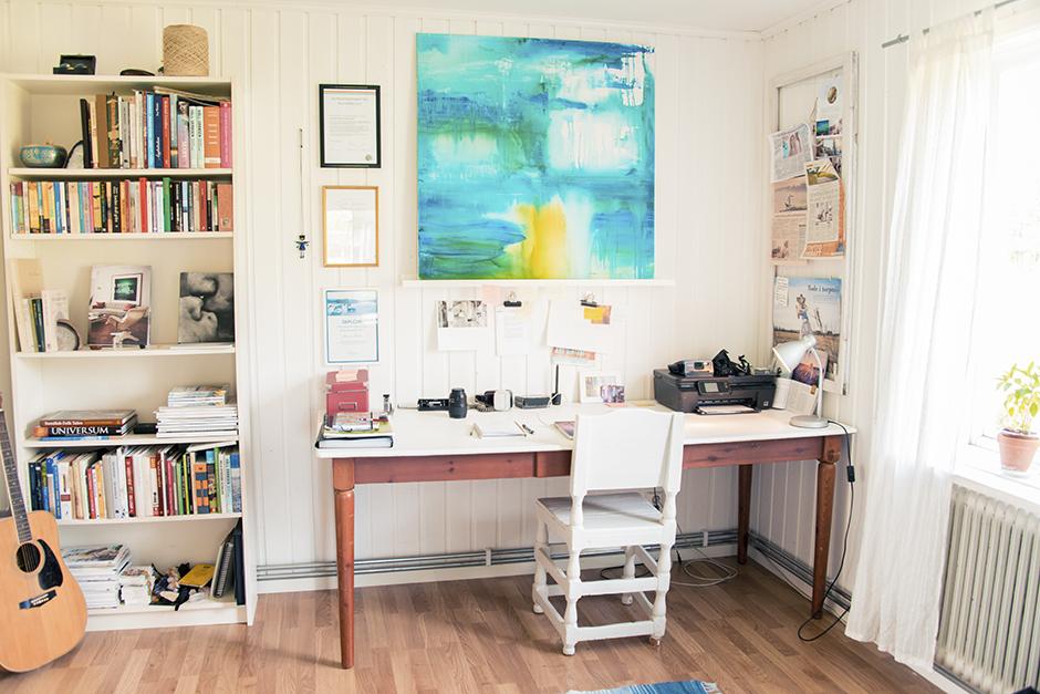 Här sitter jag t.ex just nu, när jag bloggar. Använder det här rummet i allt datorjobb jag gör. Redigerar bilder, skriver, mailar. Mitt kontor helt enkelt. Älskar detta rummet! Ljust och gott om plats.
