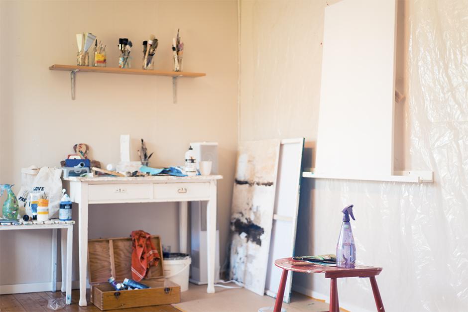 """Ena väggen har jag täckt med plats och gjort ordning att ha som """"målarhörna"""". Här ska jag skapa mästervärk haha :D"""