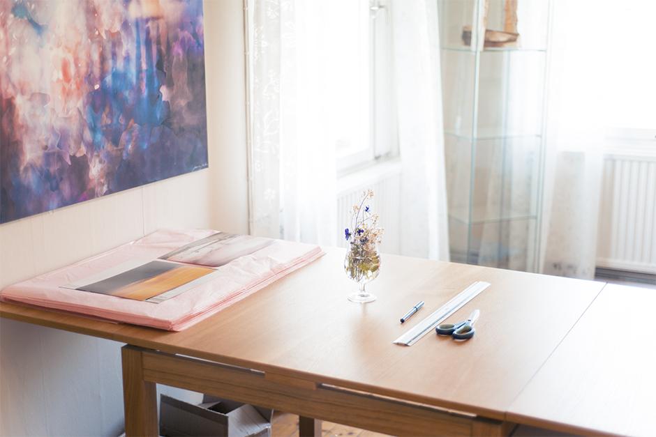 Och jag har ett stort bord i mitten av rummet där jag bland annat slår in fotoprints som jag säljer via min webshop .Det är SÅ skönt att ha ett helt bord och så mycket plats för det. Annars har jag stått i köket och gjort det och det blir så stökigt fort! Det här är som en ny värld för mig :)