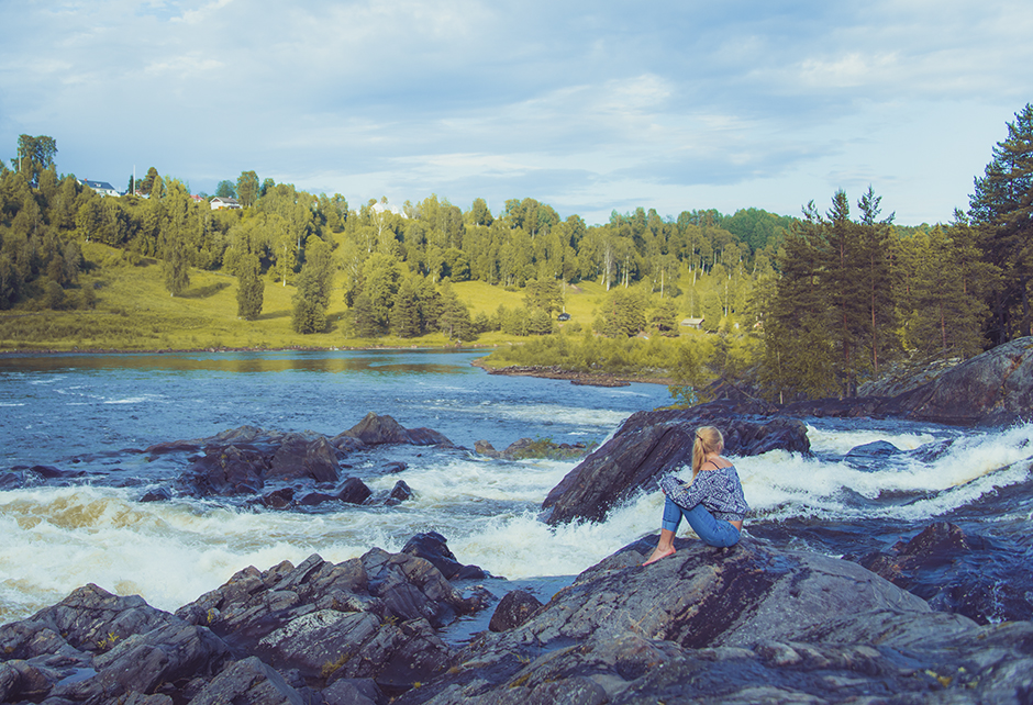 Det är en speciell känsla att sitta intill en fors. Älskar ljudet och känslan av livskraft från vattnet som forsar genom det stilla och vackra landskapet.