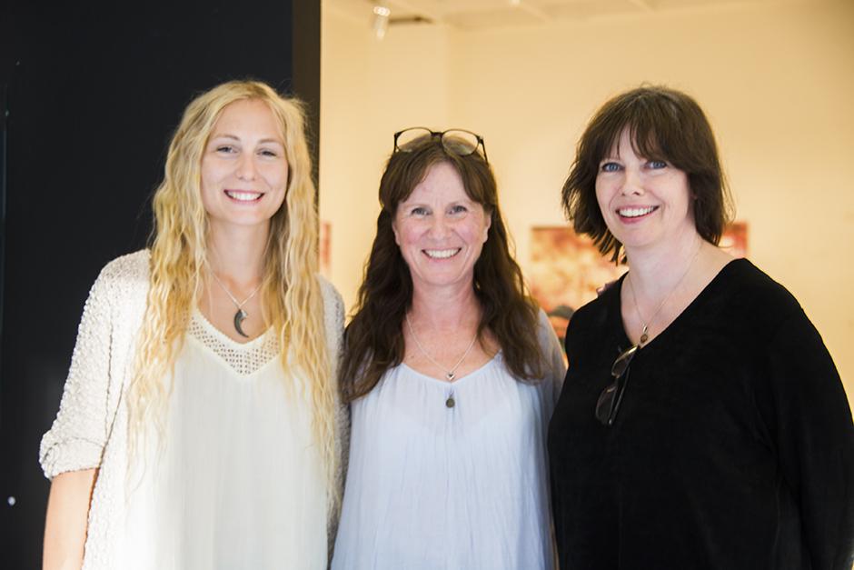 Här står jag med Katarina Norström och Anneli Nowén som jag har utställning med. Anita Berg som också är med i utställningen fattas tyvärr på bilden.  Glada och nöjda efter en superfin kväll!