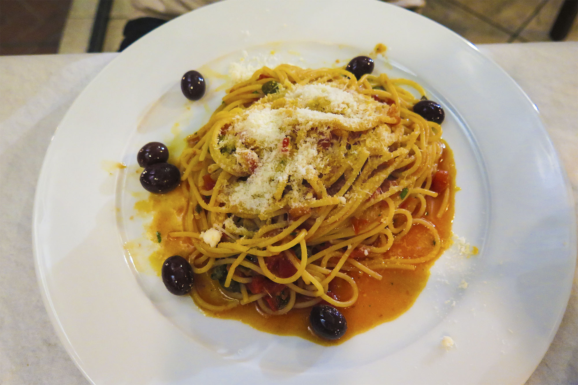 Mathias tog pasta, och jag smakade en bit och tyckte till och med själv att det var gott, trots att jag aldrig gillat pasta. Men riktig italiensk pasta är lite annorlunda jämfört med mina hårdkokta makaroner hemma i Grundtjärn.
