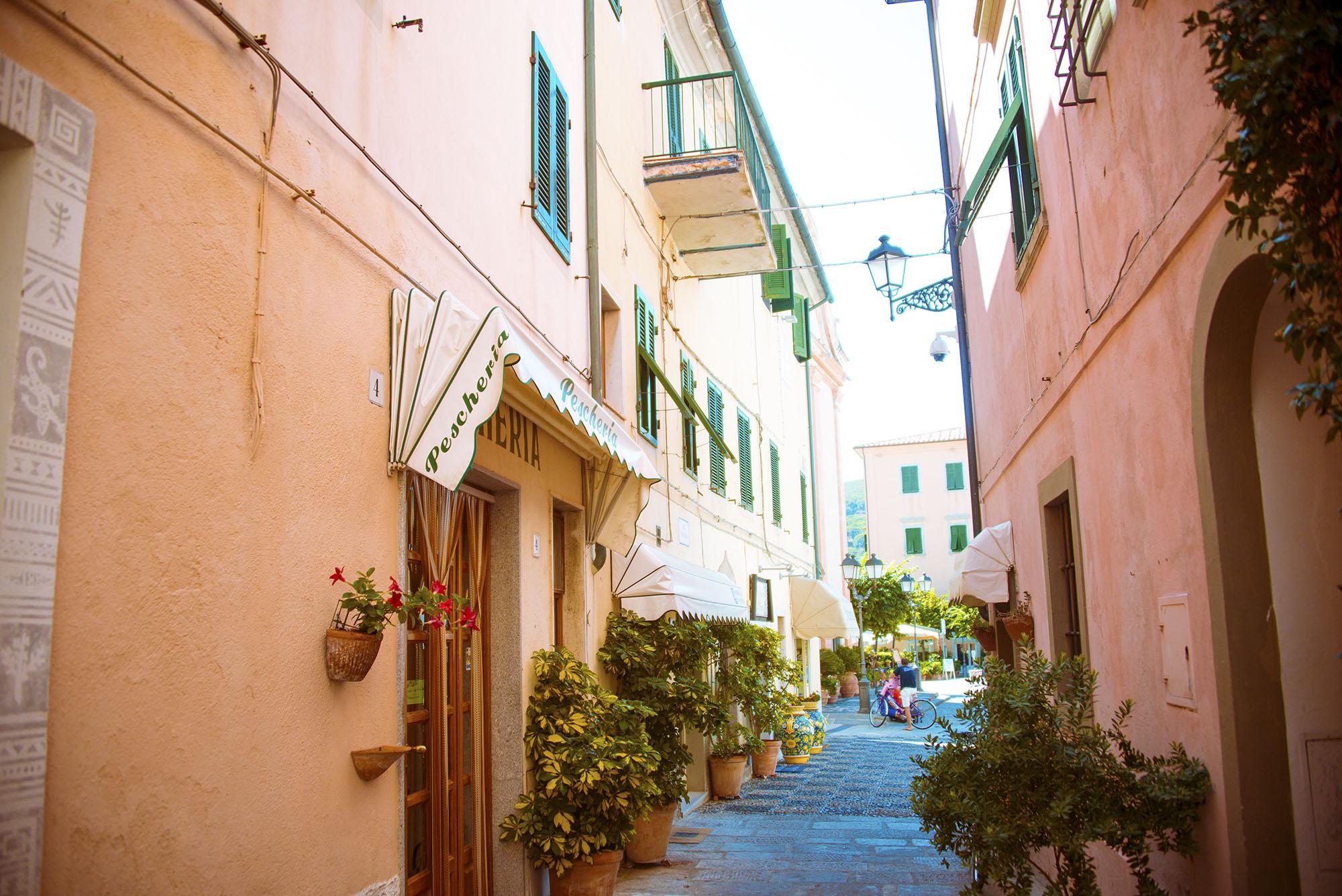 Vi har besökt lite olika små städer och kört på små, små vägar genom vackra typiskt italienska byar på ön. Den här bilden tog jag igår när vi var i Marciana Marina.