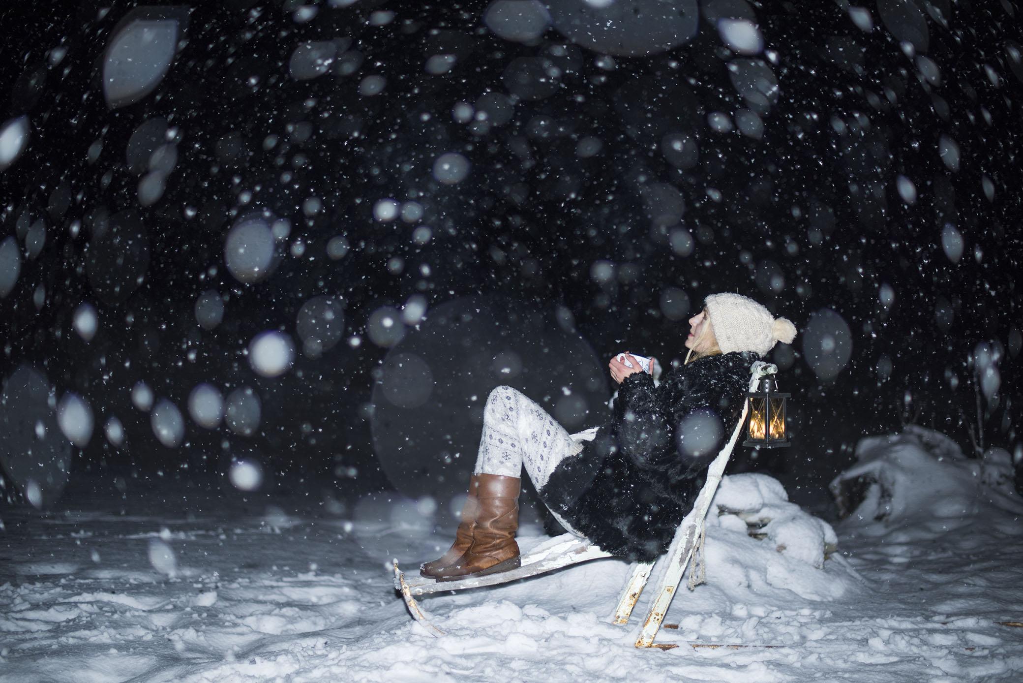 Huset är städat, granen är klädd, snön faller och jag välkomnar julen ute i natten med en kopp varm glögg. Bättre kan jag knappast ha det.