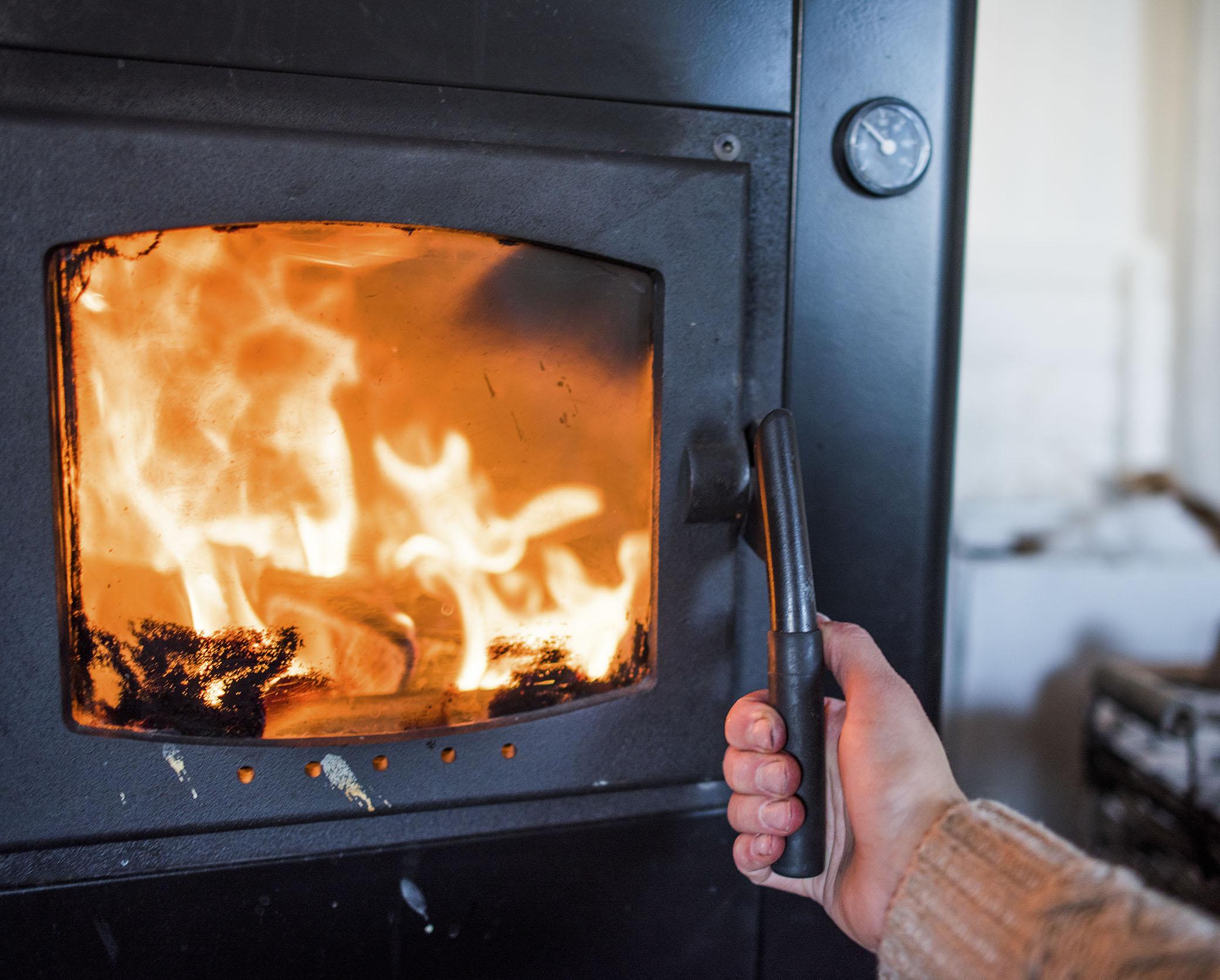 Efter branden i helgen har jag haft blandade känslor vad gäller eld. Igår vågade jag tända värmeljus igen för första gången. Och att se lågorna inne i pannan påminner mig om lågorna i gardinerna. Samtidigt så skulle jag vara helt körd utan värmen som lågorna ger. Eld kan verkligen bara det bästa och det värsta.