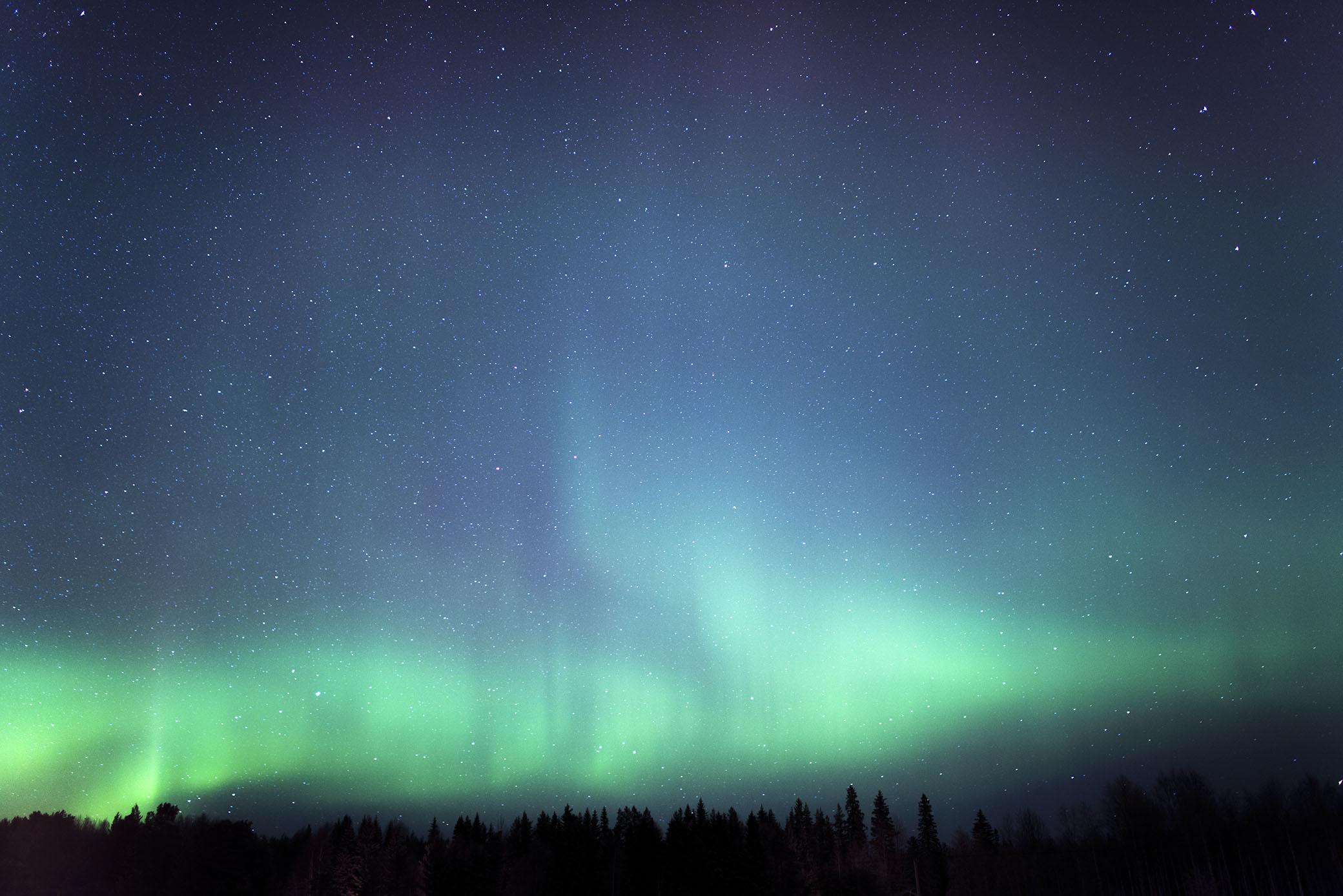 Det har varit norrsken ute hela natten, fram till morgonen då de började ljusna.