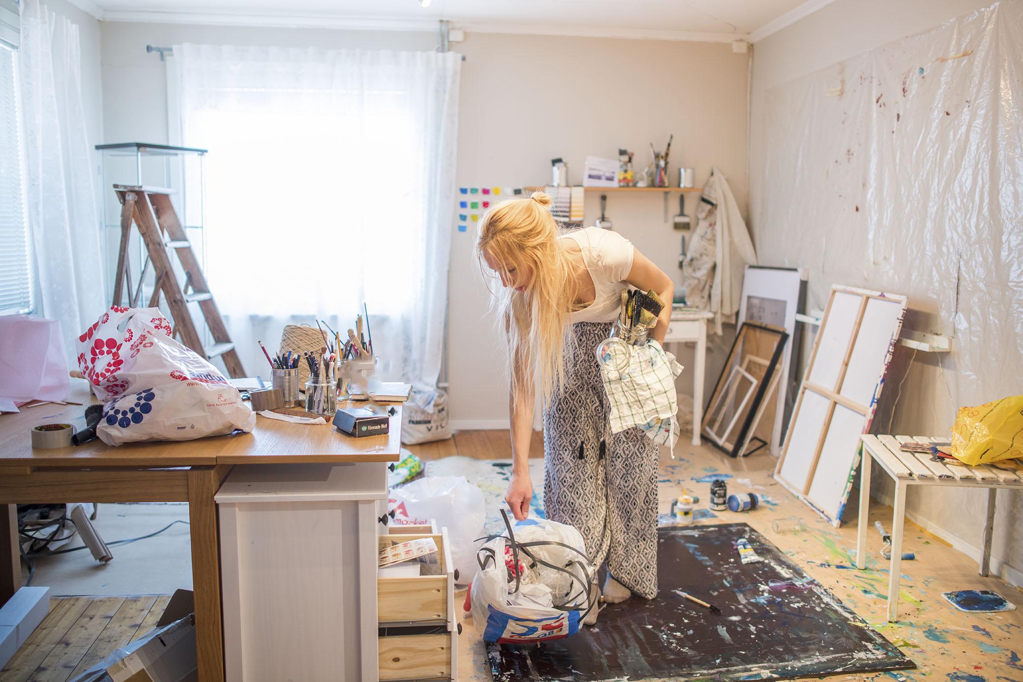 Storstädning i ateljén. Det behövs verkligen nu. Jag ska bära ut alla grejer förutom möblerna så det blir tomt och lätt att städa och skura.