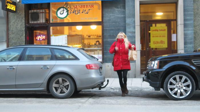 Haha såhär lycklig var jag när jag handlat sushi! Lasse satt kvar i bilen och tog en bild när jag kom ut :D