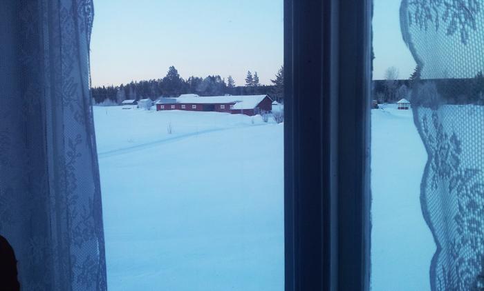 Solen går upp utanför fönstret. Det här är en dag jag väntat på så länge! :)
