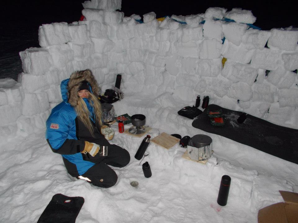 Här sitter jag och kokar vatten i vårat camp :) Foto: George Soare
