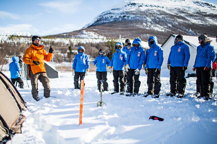 Johan Skullman lär oss hur man sätter upp ett tält. Foto: Joel Forsman  www.joelforsman.fi