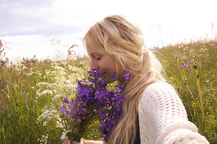 Plockar blommor på ängen för att göra en krans av :)