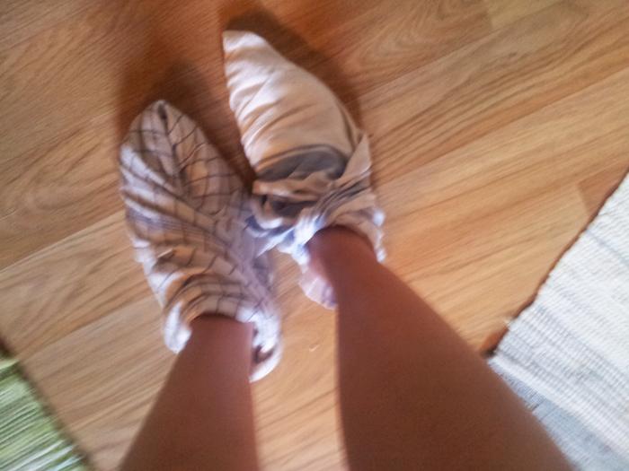 En bild jag tog 06.20 i morse när jag vandrade runt i köket med blöta handdukar lindade runt fötterna.
