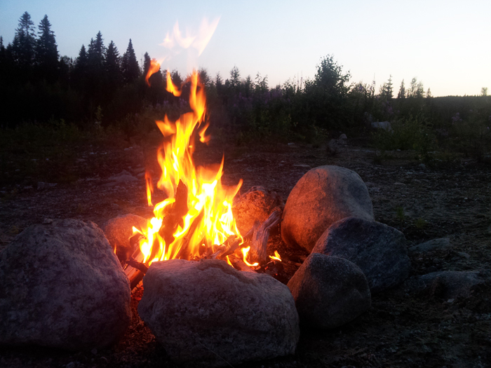 Och natten till idag satt jag vid den här elden. Mysigt som alltid. Att sitta vid en eld på natten och endast höra elden spraka och nattfåglarna sjunga....det är underbart. Så avslappnande.