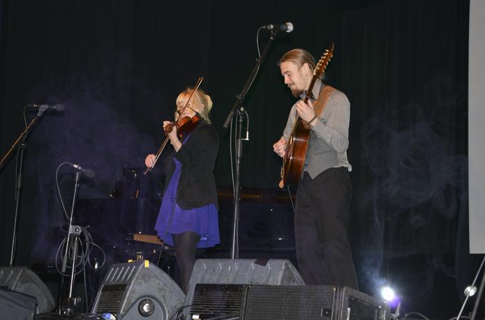 Bandet Algot som spelade musik som var så bra att jag rös flera gånger. Magda rörde sig som ett sagoväsen med fiolen på scenen. Precisionen och passionen är utom denna världen. Jag köpte deras CD efteråt. Det var bara ett måste!