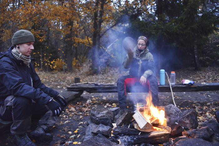 Framme vid platsen där vi ska slå läger över natten. Tobias och Angeliqa vid elden :)
