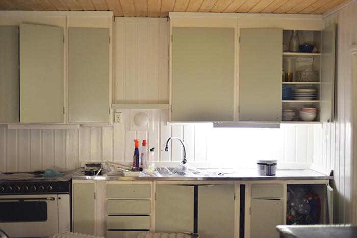 """Och köket är målat första omgången! Färgen gör inte sig rätt på bilden på grund av lite dåligt ljus. Men det är """"lantligt grön"""" som jag kallar det. Lite dov grön-grå nyans. Varm och ljus :) Kommer självklart ta bättre bilder sen när det är helt klart."""
