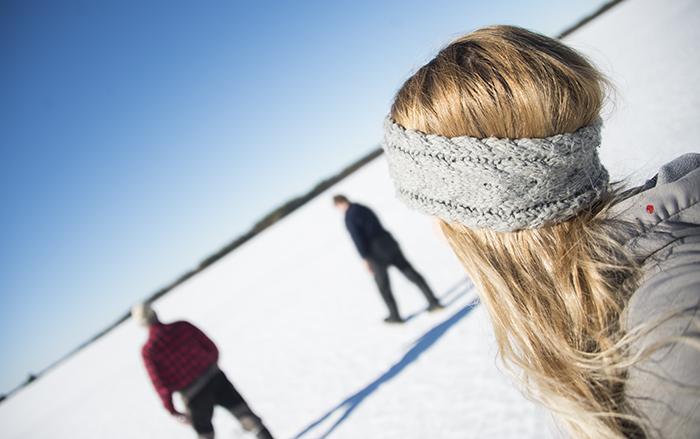 Sedan begav vi oss iväg på en liten utflykt på isen. Stig berättade om en vacker ö i sjön som man kunde se från där vi satt. Så vi gick dit! Skönt när man bara kan gå rätt över sjön :)