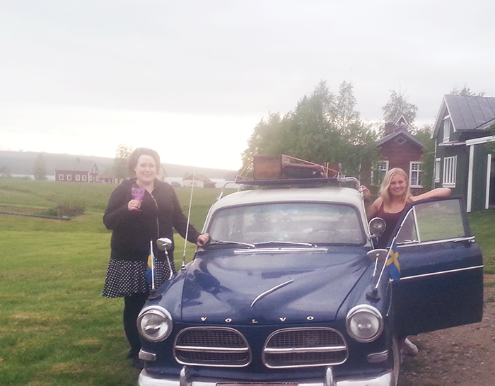 Ingela och Lina och den coola bilen innan vi begav oss iväg mot Sollefteå. Lina var chaufför och jag är grymt imponerad att hon lyckades köra bilen så bra. Det är lite skillnad att köra sådana där gamla bilar. Men vilken känsla :D