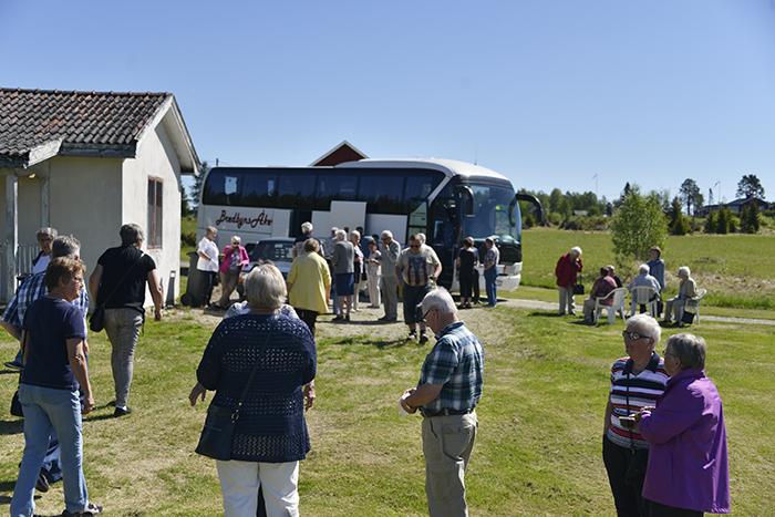 Bild från igår när vi fick besök av en hel busslast! Så mycket folk har jag nog aldrig sett på min trädgård förut :)