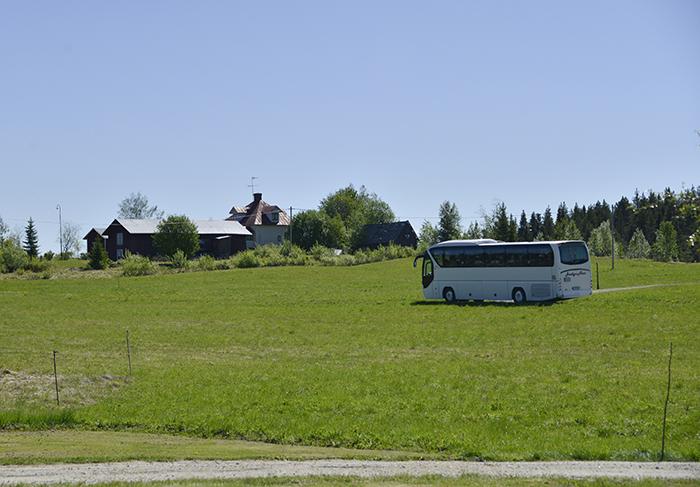 Jag har aldrig sett en buss i Grundtjärn förut. Det var nog många, många år sedan sist. Det var så roligt att se den köra där! Har nog aldrig sett en sådan malplacerad buss förut. Men roligt var det! :)