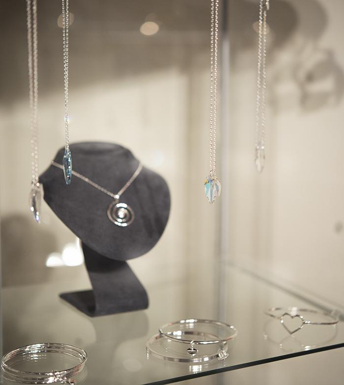 """En av mina favorit-""""möbler""""- glasmontern till smyckena. Blev så himla bra!"""