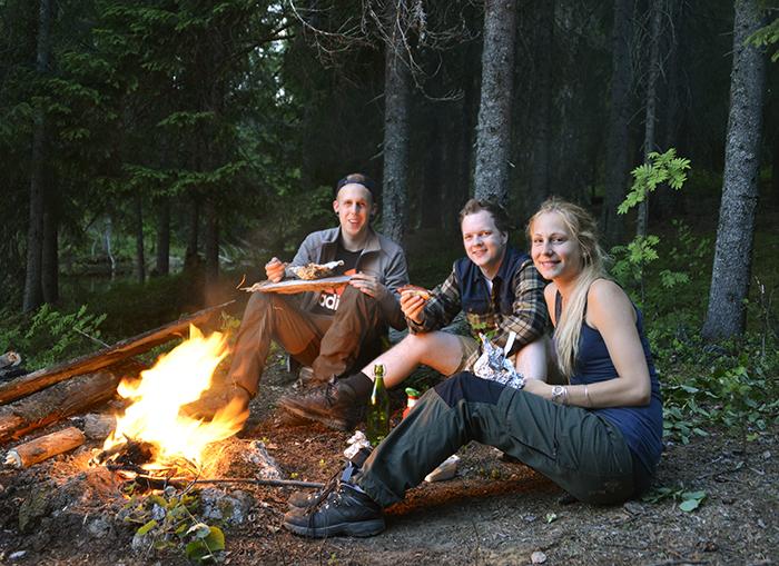 Grillning och berättande runt elden! Som räddade oss från alla svemygg.